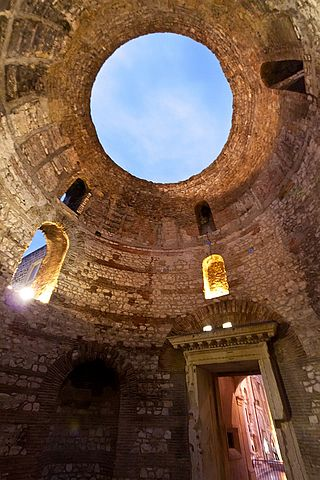 This is a current-day photo of the vestibule in Diocletian's Palace. It shows the domed ceiling with an oculus that shows the blue sky.