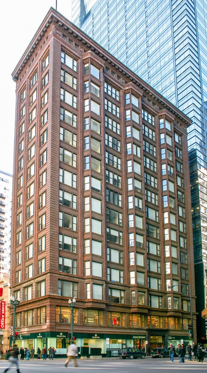 The Chicago Building by Holabird & Roche (1904-1905) is a prime example of the Chicago School, displaying both variations of the Chicago window.