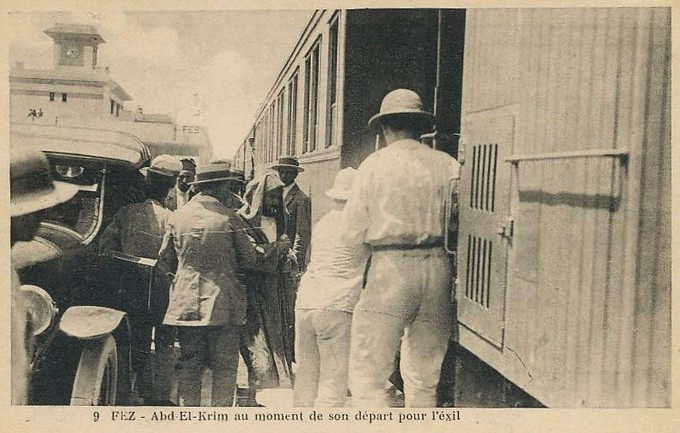 Photo of Abd el-Krim boarding a train in Fes on his way to exile.