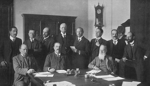 Photo of the first Cabinet of the Union of South Africa, 11 white men.