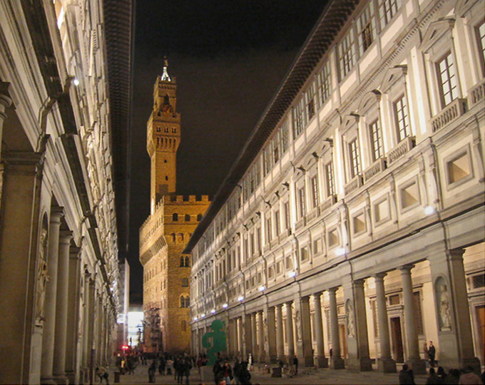 The focal point of the photo is the impressive 14th-century Palazzo Vecchio with its crenellated tower.