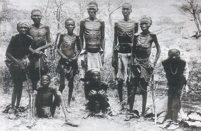 Uma foto de sobreviventes emaciados do genocídio alemão contra Herero depois de uma fuga através do árido deserto de Omaheke.