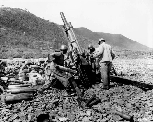 An image of several soldiers surrounding an artillery piece.